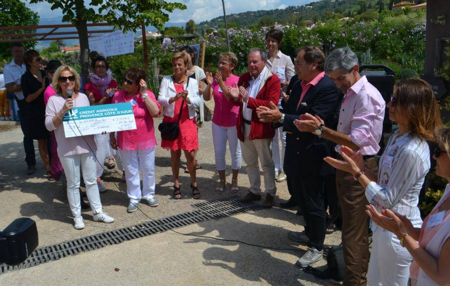 Les responsables du centre hospitalier, CEW, club des entrepreneurs, le maire Pierre Aschieri et élus locaux sont venus soutenir la cause des femmes atteintes d'un cancer.