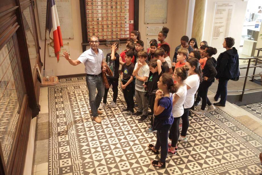 Les élèves du collège Roustan ont visité la mairie, hier.