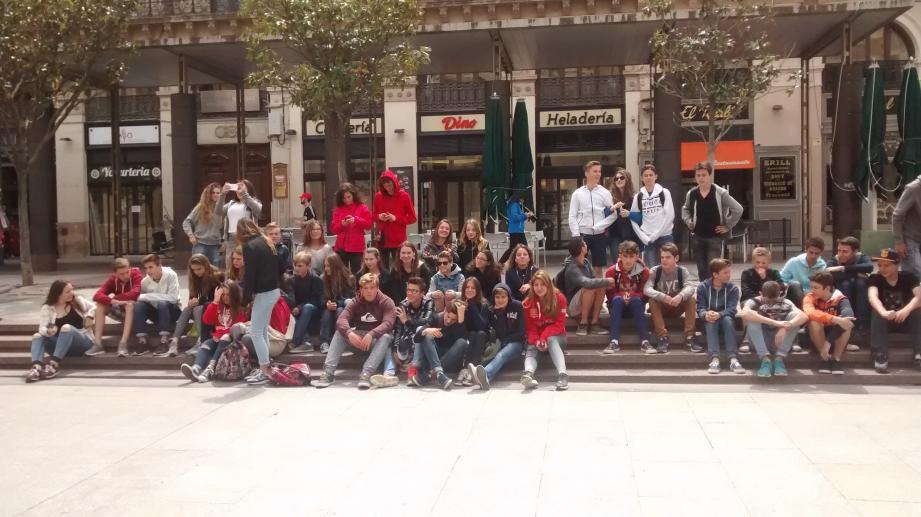 46 élèves en pleine pause lors de leur séjour en Espagne fin avril.(DR)