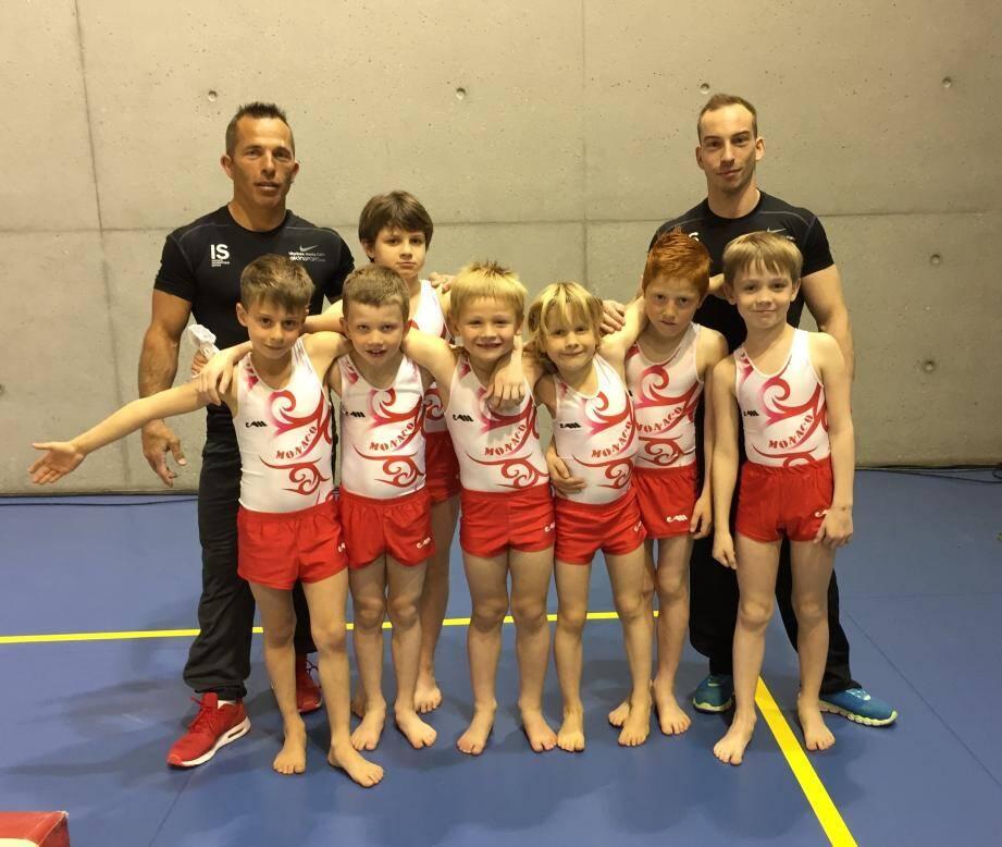 Les jeunes pousses du club, ici avec leurs entraîneurs Thierry et Julien, ont  obtenu des résultats encourageants lors de la finale de zone, clôturant ainsi  une belle saison de gymnastique.