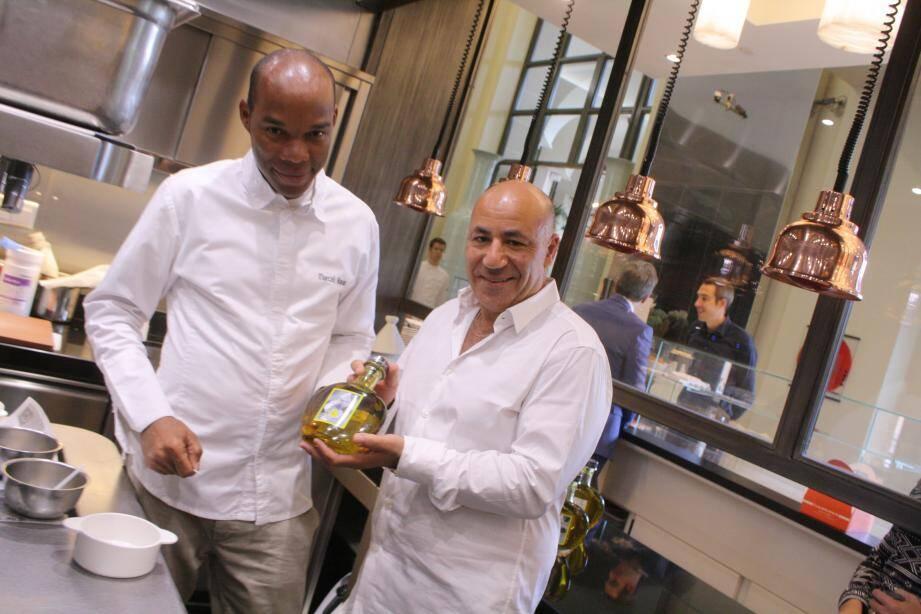 Karim Djekhar (à droite) et le chef étoilé Marcel Ravin présentent leur huile d'olive saveur mandja. Une alliance de parfums et de savoir-faire qui devrait surprendre les fines bouches.