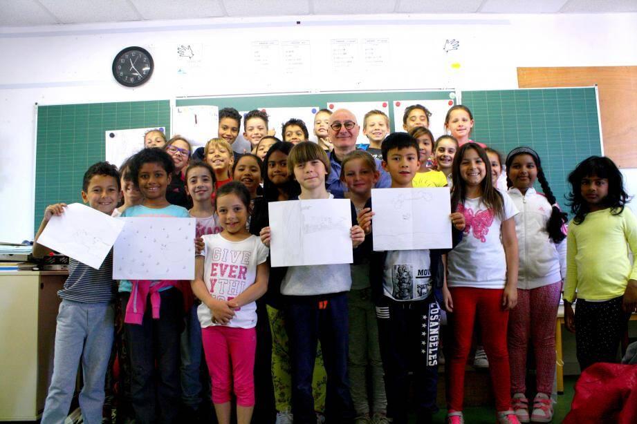 L'illustrateur Fréderic Stehr entouré des élèves de CE1 et CE2 de l'école des Copains.