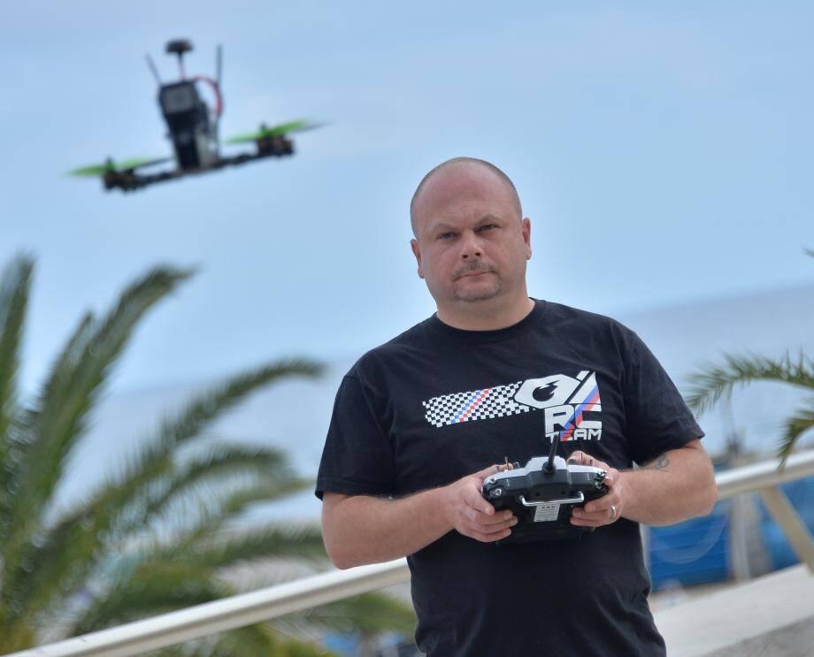 Ce drone s'appelle «Pimousse», «comme les bonbons petits mais costauds». Il l'a construit lui-même. L'appareil file jusqu'à 130 kilomètres-heures, «n'importe quelle altitude».Entre les lunettes, la caméra fixée à l'avant, la télécommande et l'objet en lui-même, le matériel coûterait dans les 1.000 euros.