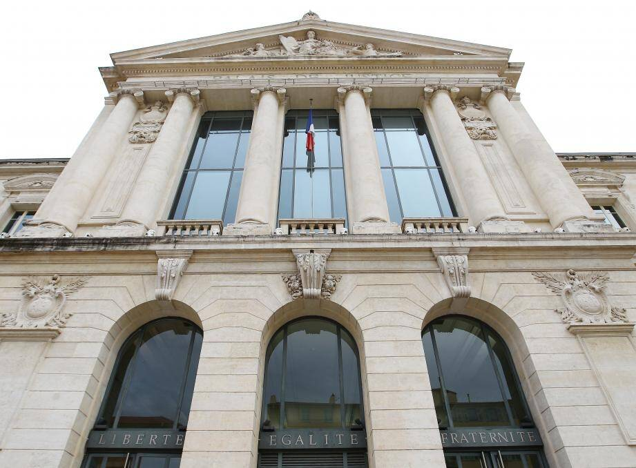 Lundi soir, le tribunal de Nice a condamné la retraitée une peine de prison. Elle devra aussi verser 2 000 euros à sa victime.