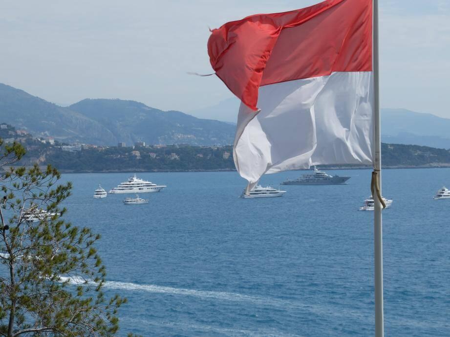 Les yachts ont commencé à affluer dans la rade de Monaco. Ils pourraient être une centaine, dimanche.