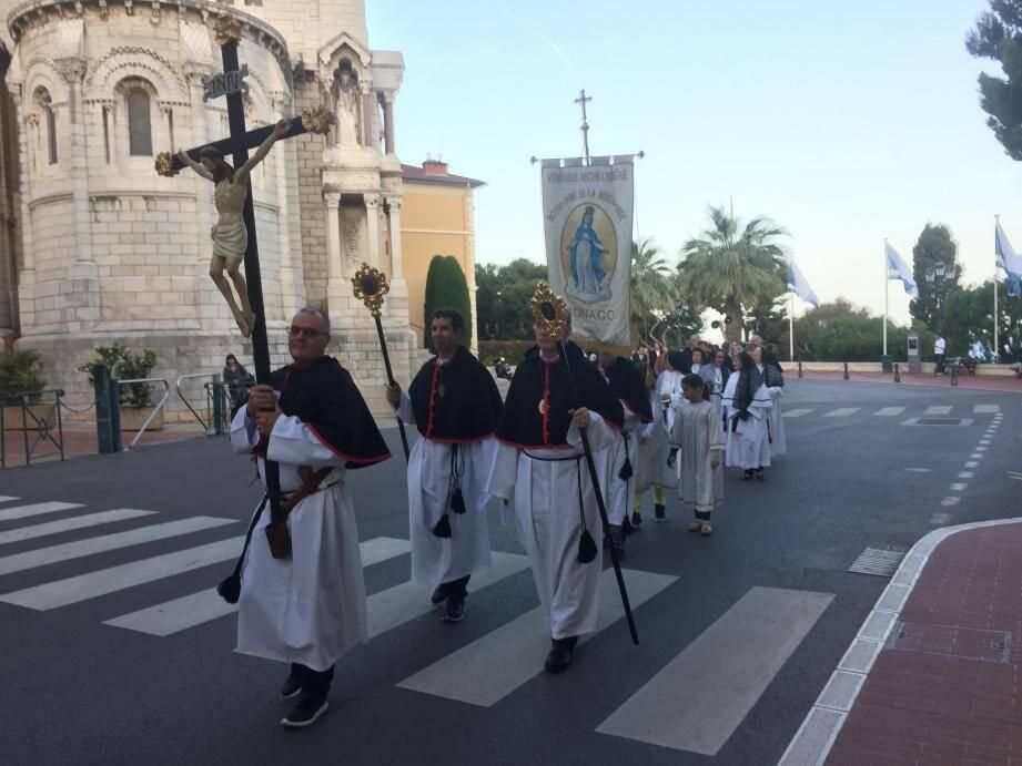 La procession a emprunté les ruelles jusqu'au Palais princier.
