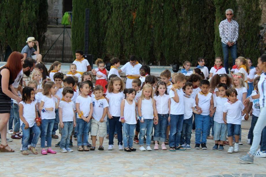 Les danses des enfants des écoles, les chants du groupe Olivula, le jeu de « Pilou », le lancé du « paillassou », les pan-bagnats, la cuisine provençale, les sourires et la bonne humeur…