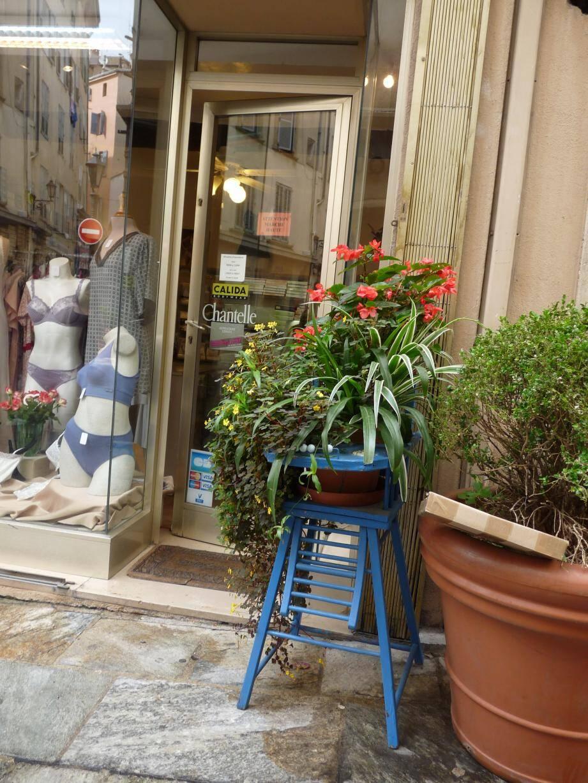 Les chaises fleuries aux couleurs gaies de l'association D'une rive à l'autre jalonnent le centre-ville. Gaëtan réalise également des jardinières à la demande.
