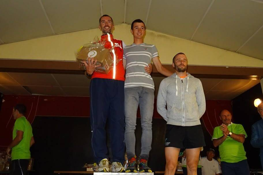 Guillaume Besnard et Sébastien Poesy, en tête, ont terminé main dans la main pour ne prendre aucun risque dans la descente finale du Trail.