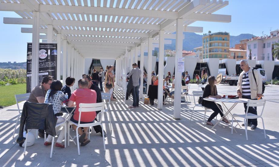 C'est sous les pergolas du parvis du musée Cocteau que le Café de l'emploi se tiendra mercredi 1er juin.(Archive photo Michaël Alesi)