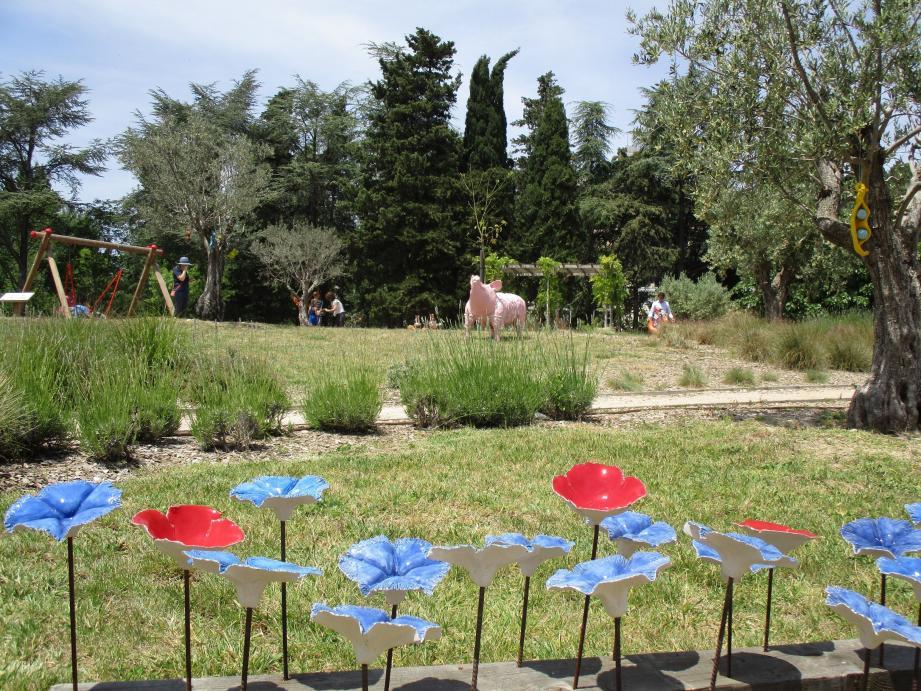 Les Bleuets de Marie Siri et le Cochon du sculpteur villeneuvois Richard Mas parmi les œuvres installées dans le jardin du pôle culturel.