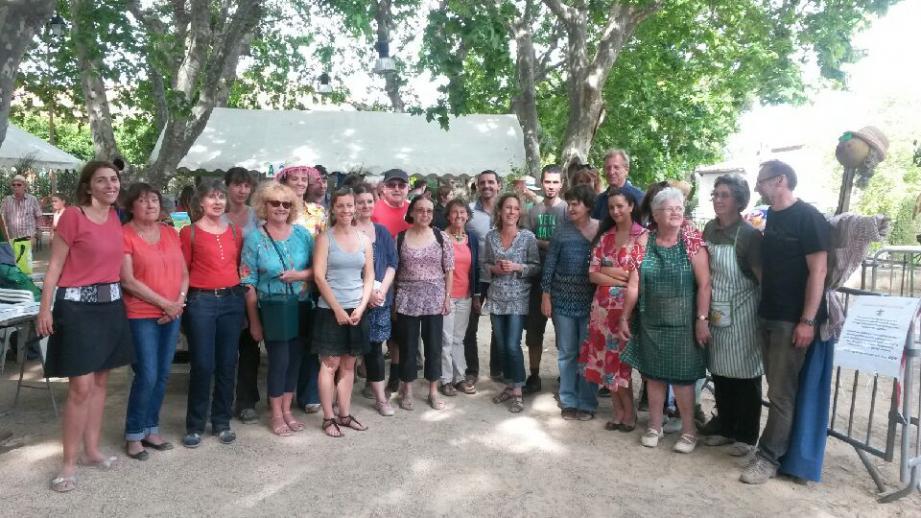 Les nombreux bénévoles pleins de ressources de l'association Happy au Rouret, présidée par Emmanuelle Chaulot-Talmon. C'était lors de la journée Nature et partage. Ci-contre à droite : l'Happy give box pour déposer librement ce que l'on ne veut plus.