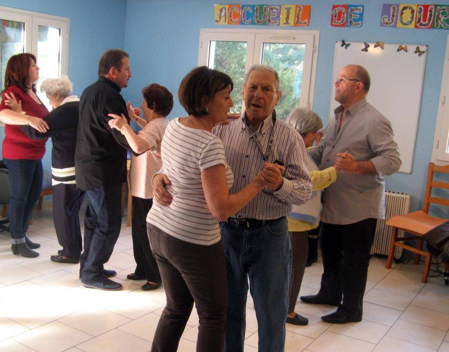 Des activités qui stimulent la mémoire, la création ou encore la motricité comme ici la danse.