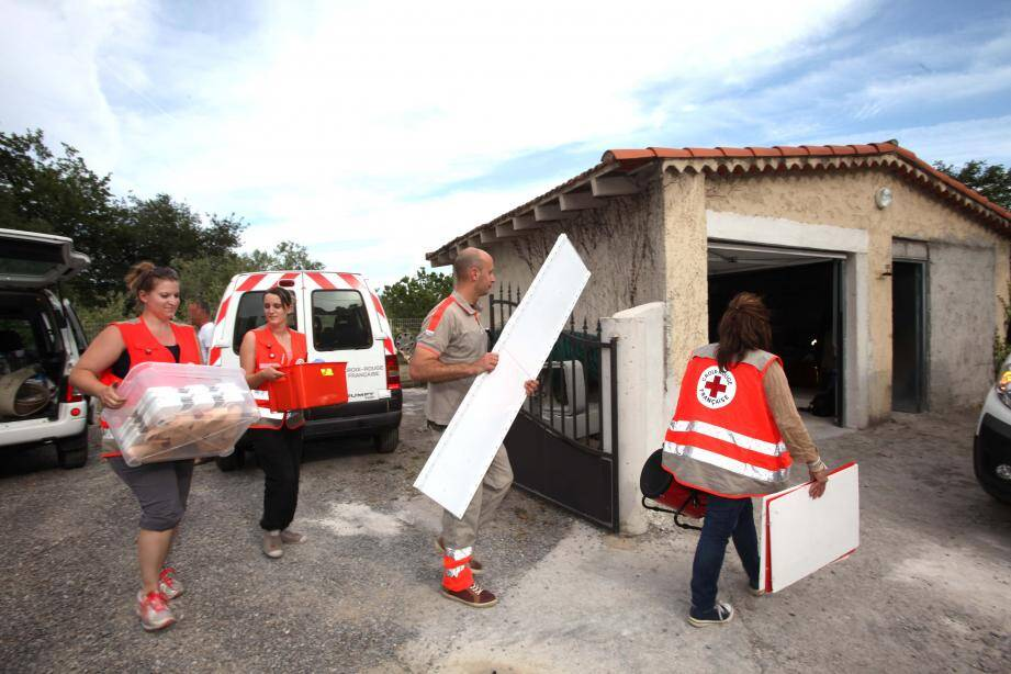 Une partie des bénévoles mobilisés pour déménager vendredi. Tout a pris l'eau dimanche.