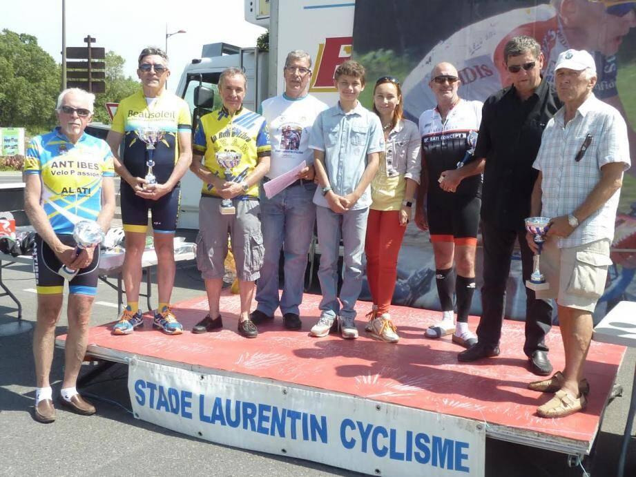 Le président Michel Cornevaux remet les récompenses sur le podium final.