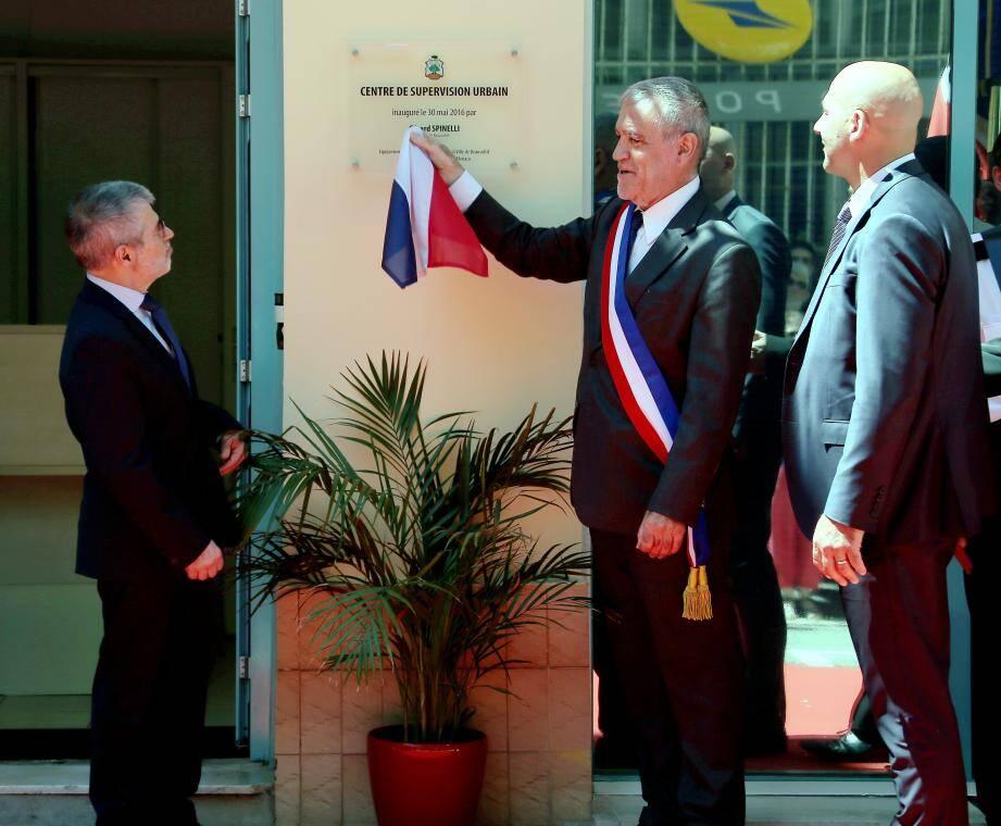 Patrice Cellario, Gérard Spinelli et Frédéric Le Pollozec lors du dévoilement de la plaque du Centre de supervision urbain.