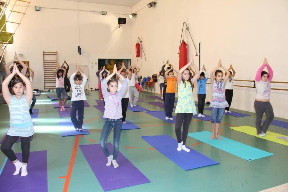 Atelier yoga : apprendre à bien respirer et se concentrer, pour calmer ses émotions.
