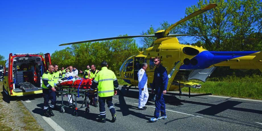 Une femme de 46 ans a été évacuée aux urgences de Sainte-Anne à Toulon. Un motard du peloton motorisé de Saint-Maximin a également chuté durant l'intervention.
