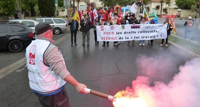 Une centaine de manifestants se sont rassemblés devant la sous-préfecture de Draguignan, ce dimanche matin.