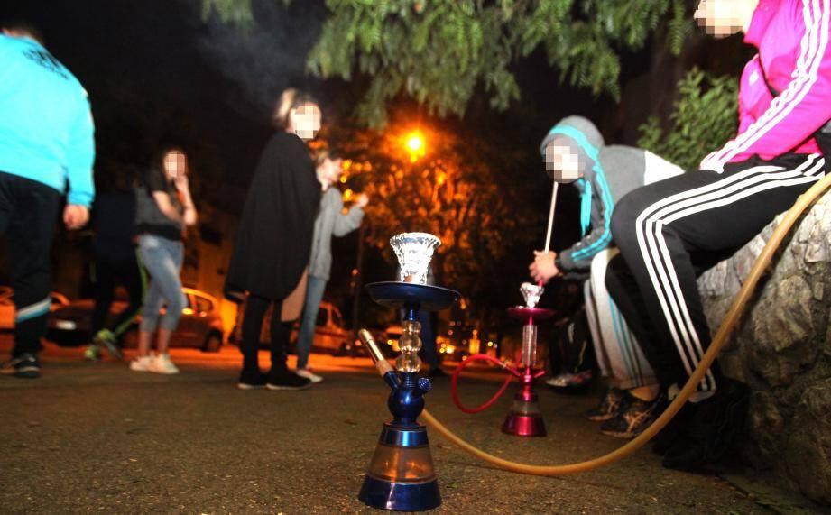 A la nuit tombée, les fumeurs de chicha dans les rues de Carros sont toujours présents, et dénoncent l'arrété municipal que veut faire voter le maire pour leur interdire.