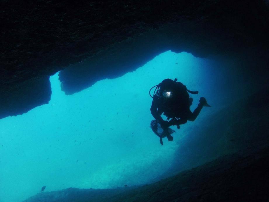 Grotte marine, au cap de Creus, au large de Cadaquès.