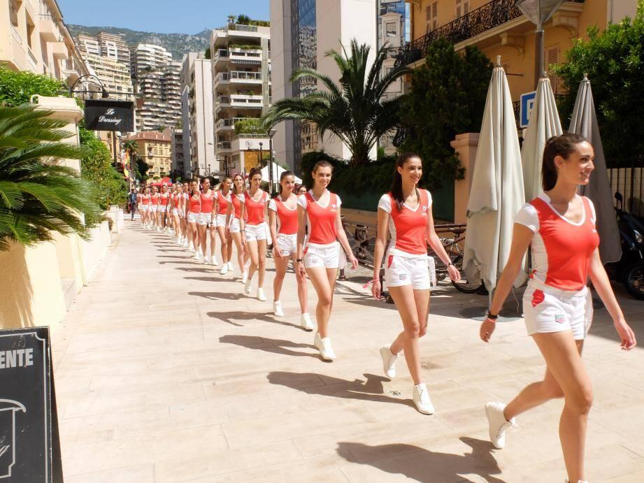 Les grid girls, ce vendredi dans la rue Princesse-Florestine. Toutes sont mannequins.