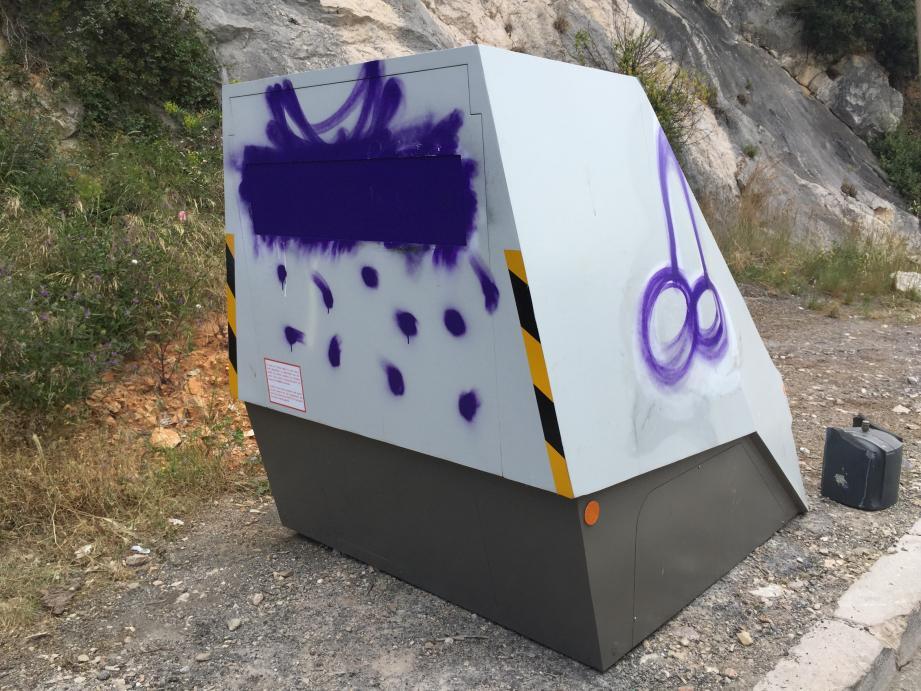 Ce radar a de nouveau été vandalisé.
