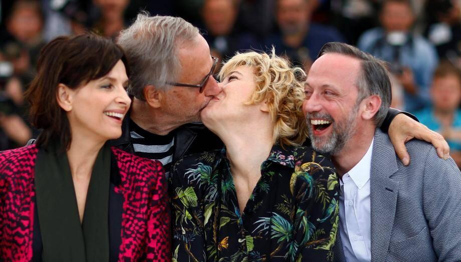 "Fabrice Luchini et Valeria Bruni Tedeschi échangent un baiser lors du photocall du film ""Ma Loute""."