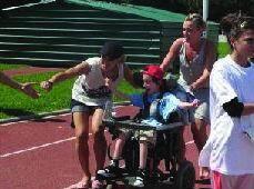 Le « relais pour tous » : valides courent aux côtés des enfants handicapés.