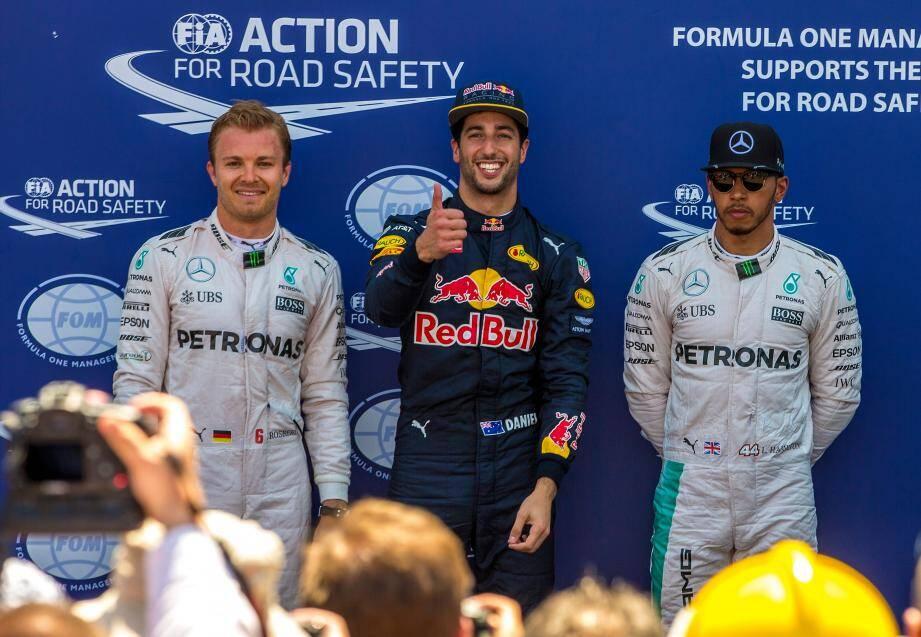 Daniel Ricciardo, au centre, entouré de Nico Rosberg et Lewis Hamilton.