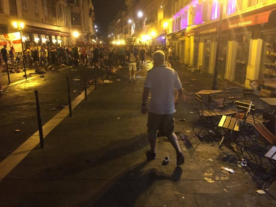 La rue Saint-François-de-Paule, dans le Vieux-Nice, a été le théâtre de violents affrontements entre supporters niçois, polonais et irlandais ce samedi.