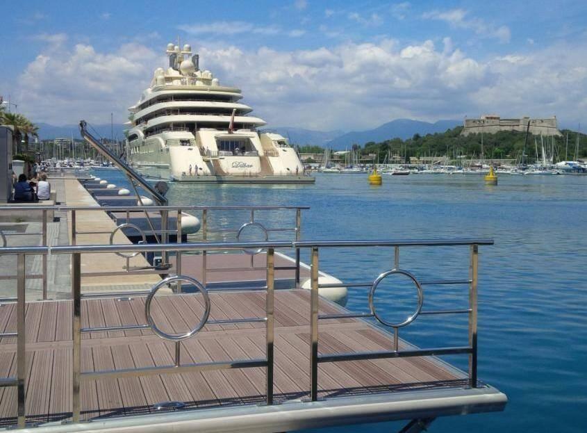Le Dilbard accosté à son débarcadère du Quai des Milliardaires, à Antibes.