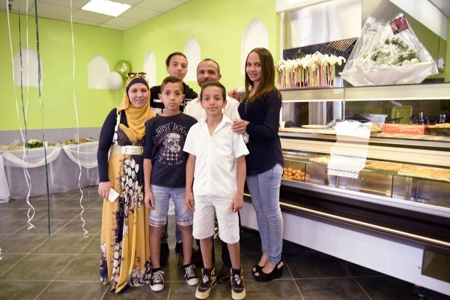 La famille Hosni prête pour un nouveau départ dans sa boucherie refaite à neuf.