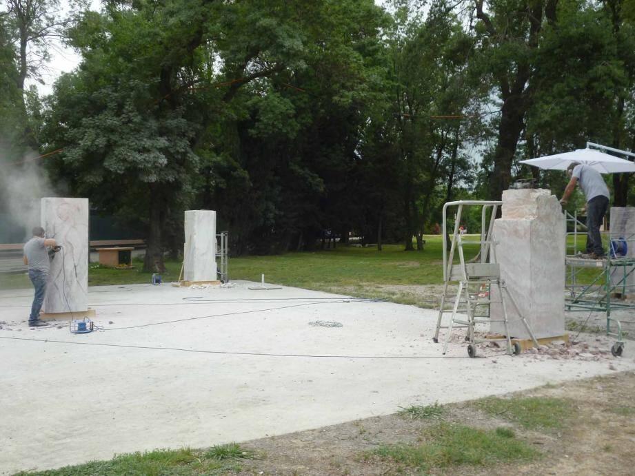 Du 1er au 16 juin, les sculpteurs seront à l'œuvre dans le Parc de Robinson. Ils travaillent sur le thème de la paix. Leurs œuvres seront ensuite placées aux quatre coins de la ville.