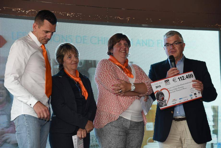 La présidente de l'association Children & Future, Ariane Favalaro,  a remis le premier chèque, au centre cardio-thoracique.