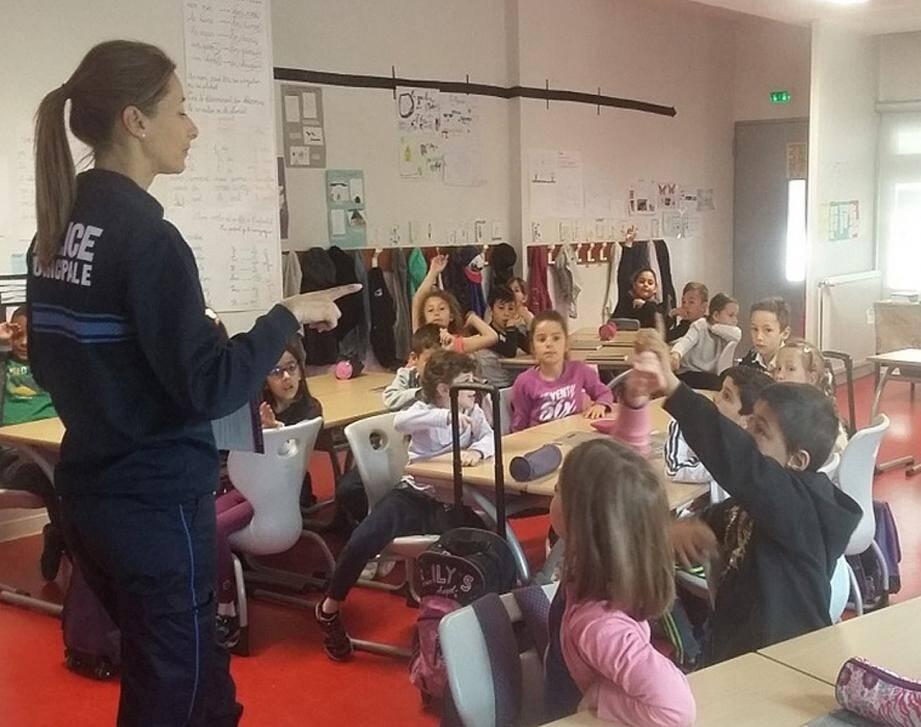 Les écoliers sont attentifs lors des séances de formation interactives. (DR)
