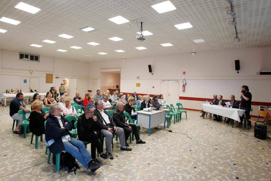 Les riverains face aux autorités et représentants du comité de quartier.