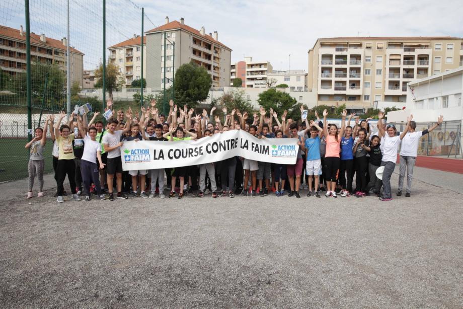 Encouragés par leurs professeurs, des bénévoles d'ACF et l'adjointe à l'Éducation, Françoise Benne, les élèves de 6e et 5e de Saint-Exupéry ont parcouru 1 018,4 km contre la faim, mercredi.