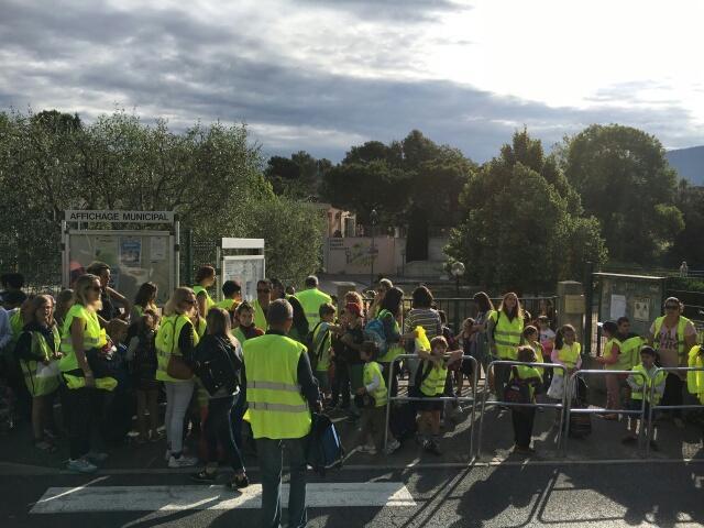 Enfants et parents mobilisés lors de l'opération «marcher vers l'école» organisée par l'association de parents d'élèves Les amis du Rouge-gorge.