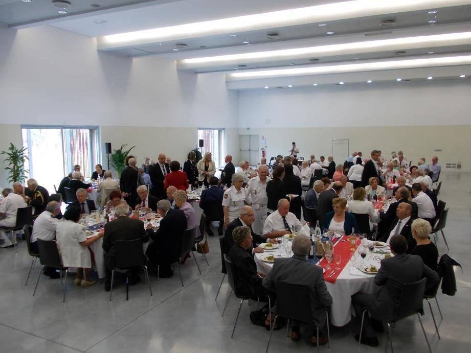 Comme chaque année, Michèle Tabarot accompagnée de ses élus Philippe Tabarot, Yves Pigrenet, Muriel Bi Bari, Didier Carretero, Bernard Alenda a fait le tour des tables pour saluer ses administrés.