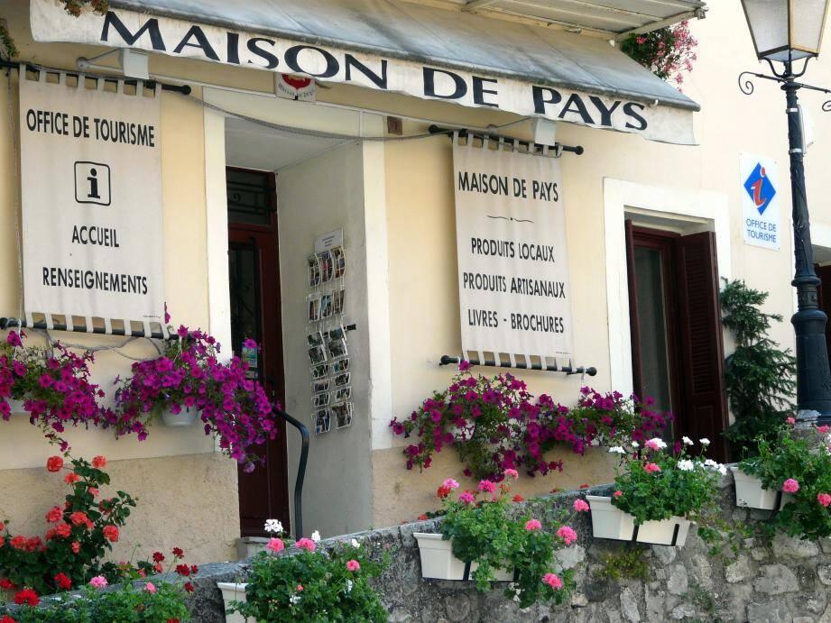 Office de tourisme et Maison de pays partagent les mêmes locaux et le même personnel salarié au cœur  du village sur la place Adrien-Barralis.