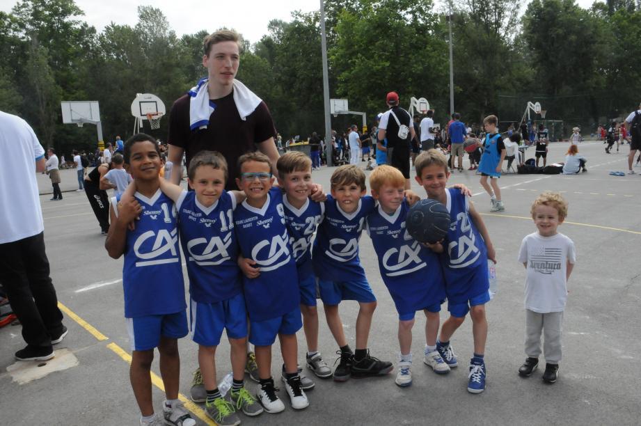 Les jeunes de Saint-Laurent-du Var sont bien heureux de se retrouver entre potes pour bien jouer et s'amuser.