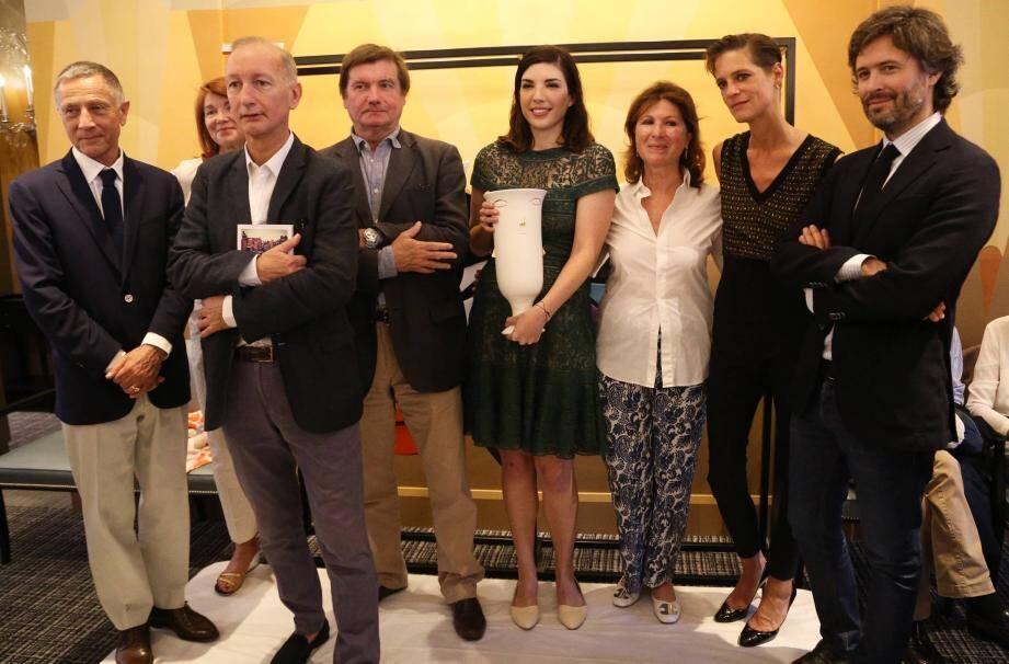 Julia Pierpont, récompensée samedi soir à l'hôtel Belles Rives de Juan-les-Pins du prix Fitzgerald a reçu un trophée spécialement réalisé par Claude Aïello.