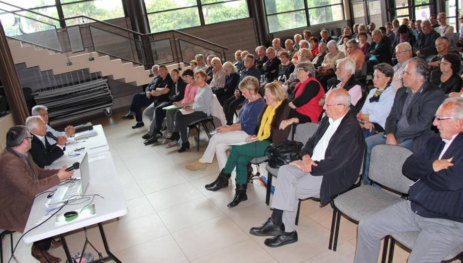 De nombreux Berrois se sont déplacés dans la salle communautaire  Le Belvédère pour assister à la présentation du PLU de leur commune.