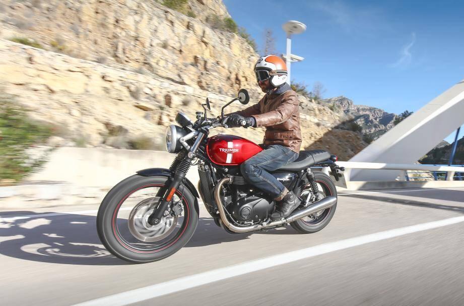 Sa bouille sympathique, son moteur au caractère enjoué et sa partie cycle équilibrée rendent cette nouvelle Triumph Street Twin attachante.