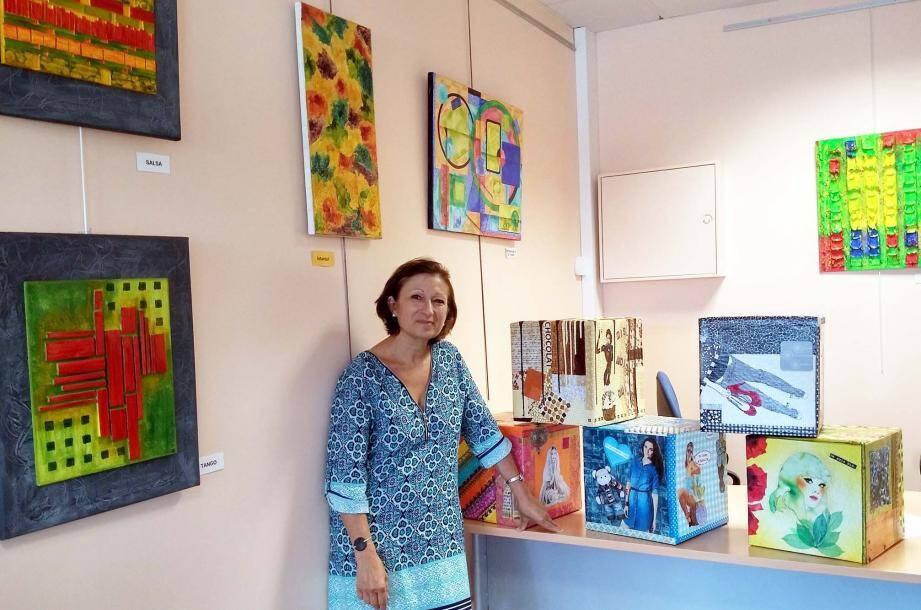 Carine Cros, artiste mandolocienne, présente ses cubes artistiques, inspirés, entre autres, par les thèmes du chocolat, de la nature ou de la mode.