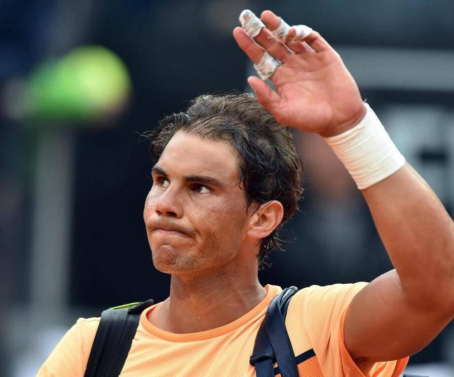 Après avoir renoncé à reconquérir Roland-Garros avant le troisième tour, Rafael Nadal doit tirer un trait sur Wimbledon.