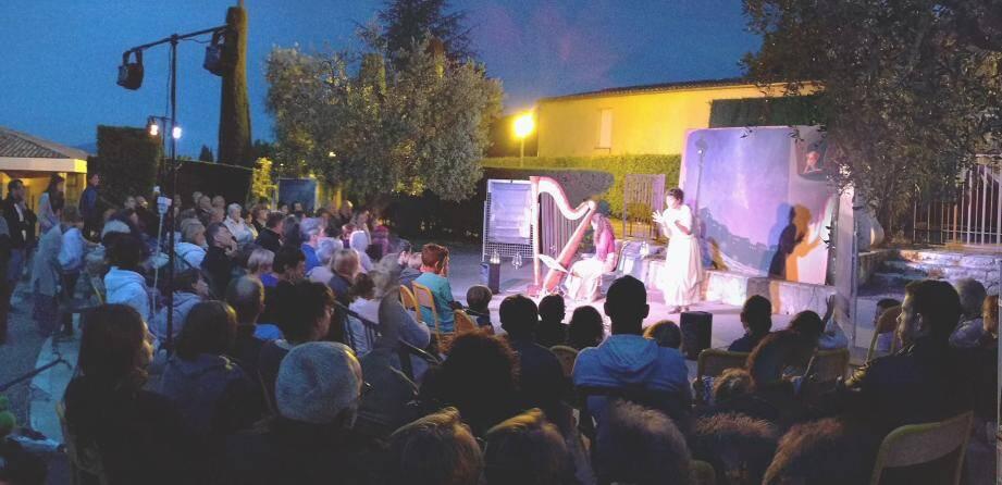 Une centaine de personnes a fait cercle autour des intervenants et des animations proposées en cette soirée. Ici lors du concert de harpe.(DR)