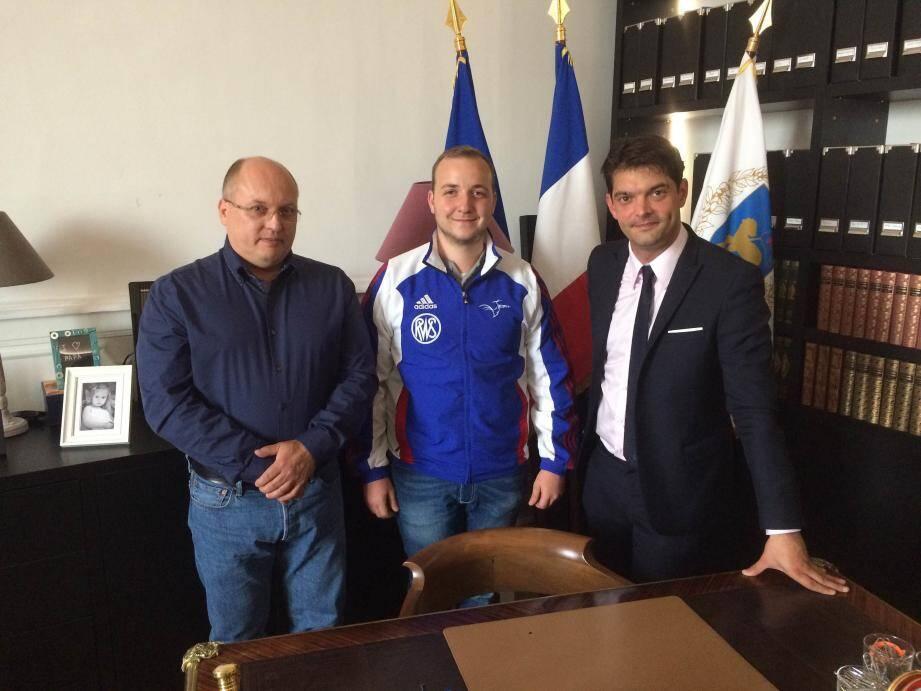 Le président de l'Avenir de Grasse, Yanné Chabaud, Alexis Raynaud, qualifié pour les JO de Rio en cara bine, et le maire de Grasse, Jérôme Viaud.