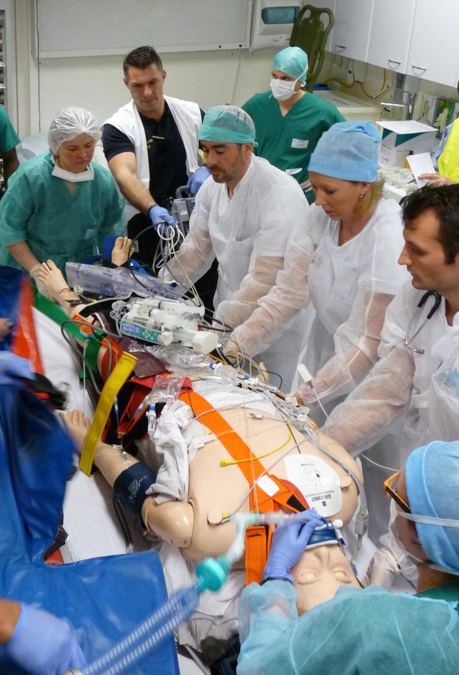 Simulation d'accueil de blessé d'attentat, avec Emergensim présidé par le Pr Debien, à l'hôpital militaire Percy à Clamart .(DR)